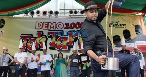 Juggling Teh Tarik Batam Pecahkan Rekor Muri - JPNN.COM