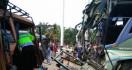 BRAKK!! Tabrakan Maut, 4 Tewas, 25 Orang Luka-luka - JPNN.com