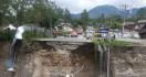 Jembatan Jamur Ujung Ambruk, Lalu Lintas Wih Pesam Dialihkan - JPNN.com