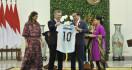 Kalau Pak Jokowi Suka sama Kaus Timnas Argentina Itu Bayar, atau Serahkan ke KPK - JPNN.com