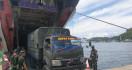 KRI Teluk Parigi Debarkasi Personel Satgas Pamtas RI – PNG - JPNN.com