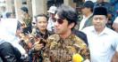 Hadir di Rumah Duka dan Pemakaman Ashraf Sinclair, Reza Rahadian tak Banyak Bicara - JPNN.com
