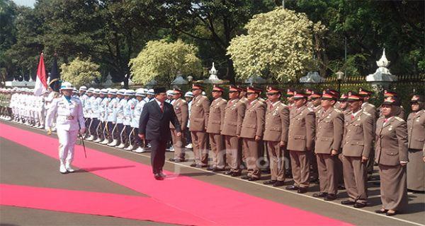 Prabowo Subianto Periksa Pasukan di Kemenhan, Tiba-Tiba Berhenti Sebentar - JPNN.COM