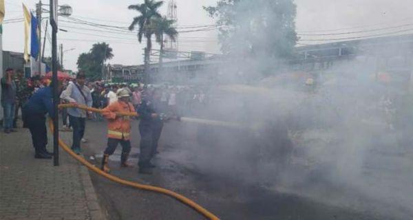 Ada Empat Penumpang saat Angkot Terbakar di Bogor - JPNN.COM