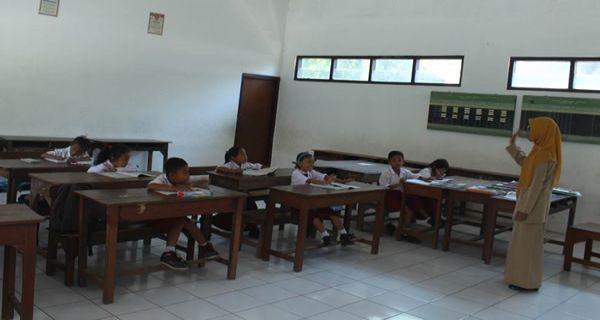 Ribuan Guru Berstatus PPPK Masih Digaji Rp 250 Ribu per Bulan - JPNN.COM