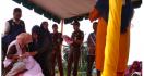 Malu Banget Tepergok Berzina, Pasangan Ini Kena Hukum Cambuk 100 Kali - JPNN.com