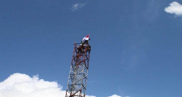Lihat Nih, Aksi Heroik Prajurit TNI Yonif 754 Kostrad Kibarkan Bendera Merah Putih di Asmat - JPNN.COM