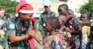 Prajurit TNI Berbagi Keceriaan dengan Masyarakat Kongo Saat Perayaan Natal - JPNN.com