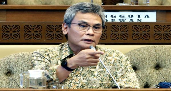 Celetukan Johan Budi Mengundang Tawa, Titi Honorer K2 Berlinang Air Mata - JPNN.COM