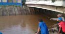 Banjir Jakarta Surut, Pintu Air Manggarai Jadi Pemancingan - JPNN.com