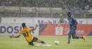 Agen Ungkap Alasan Ezechiel N'douassel Hengkang dari Persib Bandung - JPNN.com