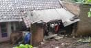 Di Garut, Satu Rumah Tertimbun Tanah Longsor - JPNN.com