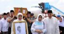 Wajah Sendu Khofifah Saat Membawa Foto Gus Sholah - JPNN.com