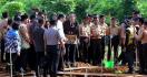 Beginilah Reaksi Jokowi saat Diteriaki Para Pelajar di Lokasi Penanaman Pohon di Acara HPN 2020 - JPNN.com