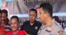 Lihat Nih Pelaku Pemerkosaan itu Tertawa Ceria di Hadapan Polisi - JPNN.com