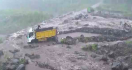Menegangkan, Truk Ini Terjebak di Tengah Banjir Lahar Gunung Semeru - JPNN.com