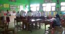 Guru Meminta Para Murid Duduk di Atas Meja Sambil Mendengarkan Pelajaran - JPNN.com