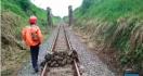 Polisi Kejar Pelaku yang Mencoba Sabotase Perlintasan Kereta Api dengan Batu - JPNN.com