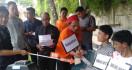 Pembunuh Calon Pengantin Ini Tebar Senyuman kepada Keluarga Korban Usai Rekonstruksi - JPNN.com