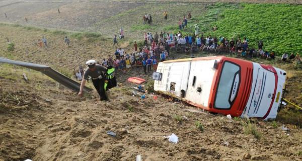 Sopir Mengantuk, Bus Terjang Pembatas Tol - JPNN.com