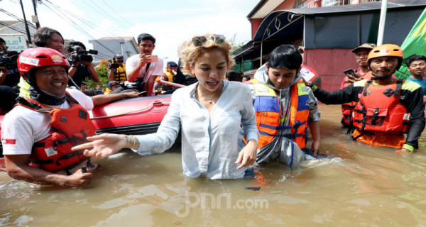 Nikita Mirzani Banjir-Banjiran Di Ciledug Indah - JPNN.com