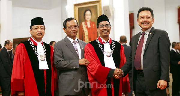 Hakim MK Suhartoyo dan Daniel Yusmic - JPNN.com