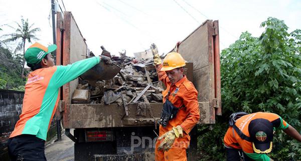 Pasca Banjir, Petugas PPSU Bersih-bersih - JPNN.com