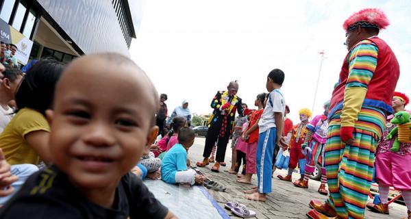 Badut Menghibur Anak-anak Korban Banjir - JPNN.com