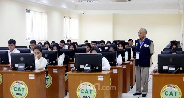 Peserta mengikuti Seleksi Kompetensi Dasar (SKD) berbasis Computer Assisted Test (CAT) untuk CPNS Kementerian ATR/BPN di kantor BKN Regional V, Jakarta, Senin (27/1). Tes SKD CPNS untuk Kementerian ATR/BPN TA 2019 diikuti sebanyak 2162 peserta. Foto: Ricardo - JPNN.com