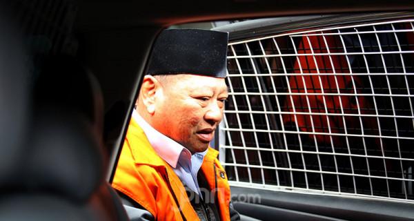 Bupati nonaktif Sidoarjo Saiful Ilah usai menjalani pemeriksaan KPK, Jakarta, Rabu (26/2). Saiful Ilah diperiksa sebagai saksi untuk tersangka penguasa Ibnu Ghopur dalam kasus dugaan suap terkait proyek infrastruktur. Foto: Ricardo - JPNN.com