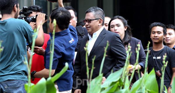 Sekjen PDIP Hasto Kristiyanto usai menjalani pemeriksaan KPK, Jakarta, Rabu (26/2). Hasto diperiksa sebagai saksi tindak pidana korupsi suap terkait penetapan anggota DPR terpilih tahun 2019-2024. Foto: Ricardo - JPNN.com