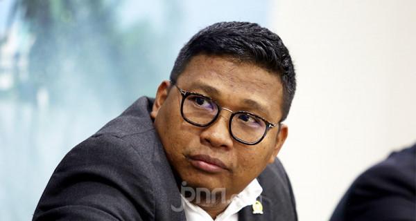 Anggota Komisi V DPR Irwan menjadi pembicara pada diskusi Banjir, Bencana atau Ketidakpahaman?, Jakarta, Kamis (27/2). Foto: Ricardo - JPNN.com