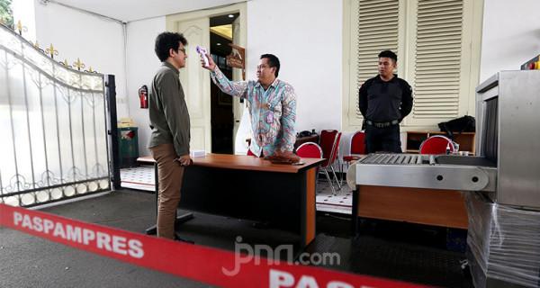 Personil Paspampres melakukan pengecekan suhu tubuh tamu yang datang dan hendak memasuki Istana Negara, Jakarta, Selasa (3/3). Foto: Ricardo - JPNN.com