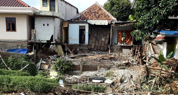 Rumah warga amblas di seberang Jl. Kesatria, Matraman, Jakarta, Selasa (3/3). Rumah amblas akibat hujan lebat yang mengguyur Ibukota. Foto: Ricardo - JPNN.com