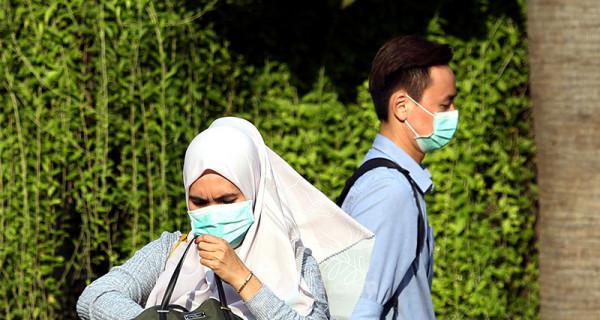 Warga menggunakan masker wajah saat melintasi kawasan MH. Thamrin, Jakarta, Selasa (3/3). Menanggapi masuknya wabah virus corona ke Indonesia, pemerintah melalui Kementrian Kesehatan meminta masyarakat agar tidak panik. Foto: Ricardo - JPNN.com