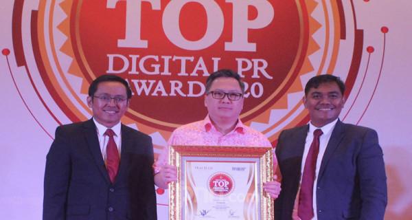 Head Of Division Marketing PT Gajah Tunggal Tbk Leonard Gozali menerima penghargaan Indonesia Top Digital PR Award 2020 yang diberikan oleh Founder & Chairman Tras N Co Indonesia Tri Raharjo dan Pemimpin Redaksi InfoBrand.Id Foto: Ricardo - JPNN.com