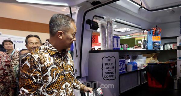 Menperin Agus Gumiwang Kartasasmita saat mengunjungi booth-booth usai membuka GAIKINDO Indonesia International Commercial Vehicle (GIICOMVEC) 2020 di JCC, Jakarta, Kamis (5/3). Pameran ini berlangsung dari 5-8 Maret 2020. Foto: Ricardo - JPNN.com