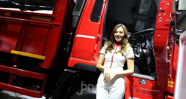 Sales Promotion Girl di GAIKINDO Indonesia International Commercial Vehicle (GIICOMVEC) 2020 di JCC, Jakarta, Kamis (5/3). Jasa SPG digunakkan untuk menarik perhatian pengunjung. Foto: Ricardo - JPNN.com