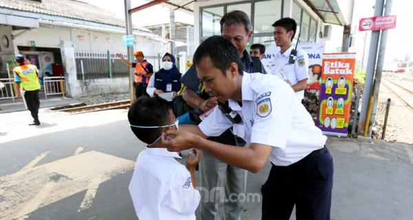 Petugas KAI saat mensosialisasikan pencegahan penyebaran virus Corona menggunakan Rail Clinic di stasiun Depok, Jawa Barat, Jumat (6/3). PT KAI juga memberikan masker, cairan antiseptik dan pemeriksaan kesehatan. Foto: Ricardo - JPNN.com