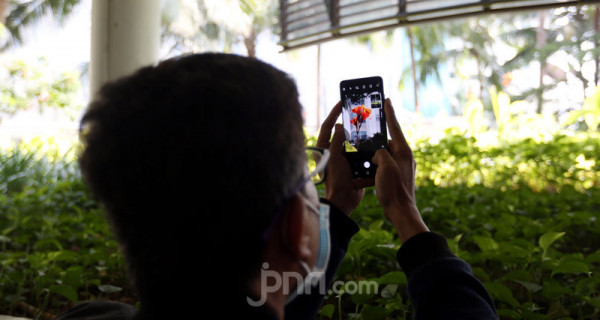 Seorang wartawan mencoba sensasi Samsung Galaxy S20 Series pada acara Samsung Consumer Launch serta Photography Sharing Session Bersama Galaxy S20 Series, Jakarta, Jumat (6/3). Foto: Ricardo - JPNN.com