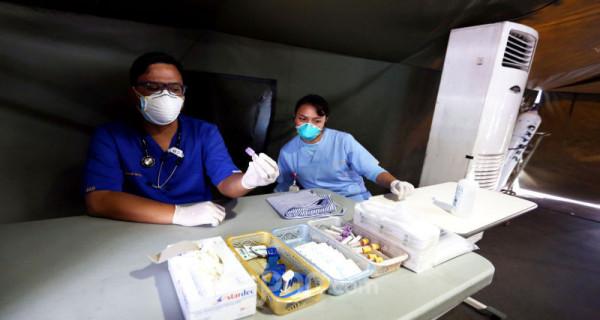 Petugas menyiapkan alat kesehatan di tenda isolasi sementara di Rumah Sakit Siloam, Jakarta, Sabtu (7/3). RS Siloam menyediakan fasilitas tenda isolasi sementara, ruangan dekontaminasi, pengecekan suhu tubuh guna mengantisipasi penyebaran virus corona COVID-19. Foto: Ricardo - JPNN.com
