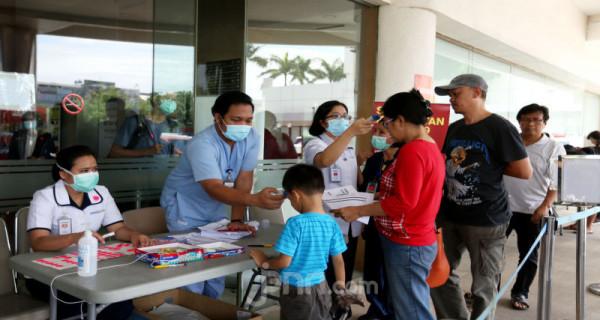 Petugas memeriksa suhu tubuh pengunjung sebelum masuk Rumah Sakit Siloam, Jakarta, Sabtu (7/3). RS Siloam menyediakan fasilitas tenda isolasi sementara, ruangan dekontaminasi, pengecekan suhu tubuh guna mengantisipasi penyebaran virus corona COVID-19. Foto: Ricardo - JPNN.com