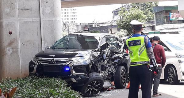 Kecelakaan lalu lintas melibatkan kendaraan yang ditumpangi oleh istri dari Irjen Boy Rafli Amar, Irawati, dengan Bus Transjakarta di Kebayoran Lama, Jakarta, Selasa (10/3). Irawati dikabarkan langsung dibawa ke Rumah Sakit. Foto: Ist - JPNN.com