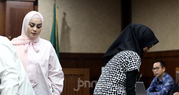 Jennifer Dunn bersaksi dalam sidang kasus tindak pidana pencucian uang oleh Tubagus Chaeril Wardana alias Wawan di Pengadilan Tipikor, Jakarta, Kamis (12/3). Foto: Ricardo - JPNN.com