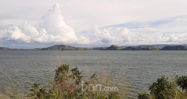 Pemandangan Danau Sentani, Papua, Rabu (18/3). Danau yang memiliki luas sekitar 9.360 hektar ini terbentang antara Kota Jayapura dan Kabupaten Jayapura, Papua. Foto: Boy - JPNN.com