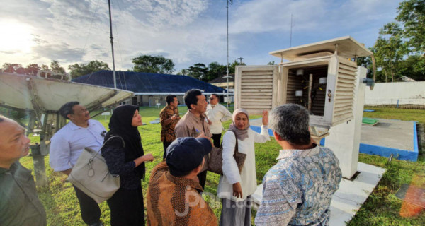 Sestama BMKG Dwi Budi Sutrisno bersama jajarannya melakukan kunjungan kerja ke Stasiun Geofisika kelas 1 Sleman, Yogyakarta, Minggu (8/3). Kunjungan kerja ini bertujuan untuk melihat kondisi peralatan operasional beserta kantor, dalam kesempatan ini Sestama beserta rombongan meninjau langsung serta peralatan pengamatan yang berada di stasiun ini seperti Sangkar Meteorologi, ARWS dsb. Foto: Ricardo - JPNN.com