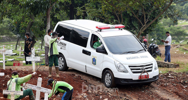 Korban-korban Covid-19 di DKI Jakarta Dimakamkan - JPNN.com