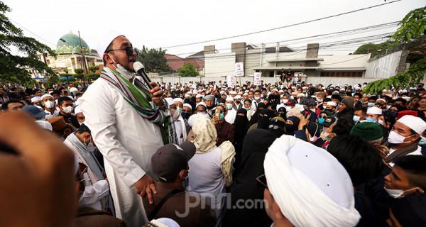 Massa pendukung Habib Rizieq Shihab melakukan aksi di depan Balai Kota dan Gedung DPRD Kota Bogor, Jawa Barat, Jumat (11/6). Mereka mendesat Wali Kota Bogor Bima Arya bertanggung jawab dalam kasus RS Ummi yang membuat Habib Rizieq diadili. Foto: Ricardo - JPNN.com