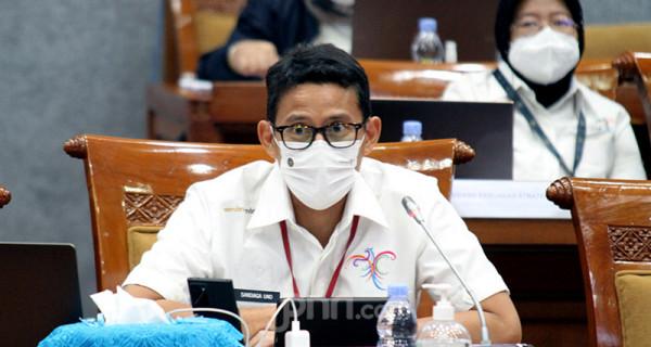 Menteri Pariwisata dan Ekonomi Kreatif (Menparekraf) Sandiaga Uno menghadiri rapat kerja Komisi X DPR di Kompleks Parlemen Senayan, Jakarta, Senin (14/6). Rapat tersebut membahas RKA K/L dan RKP K/L Kemenparekraf Tahun 2022. Foto: Ricardo - JPNN.com