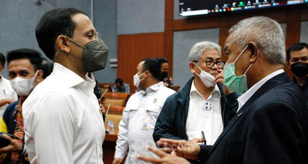 Mendikbudristek Nadiem Makarim berbincang dengan anggota Komisi X DPR Djohar Arifin Husin usai rapat kerja di Kompleks Parlemen Senayan, Jakarta, Selasa (15/6). Foto: Ricardo - JPNN.com